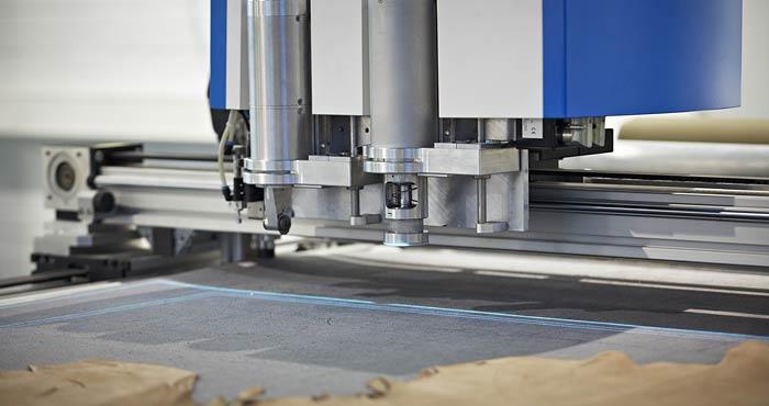 beide Schneidköpfe des CNC-Cutters bereiten sich auf das Schneiden vor