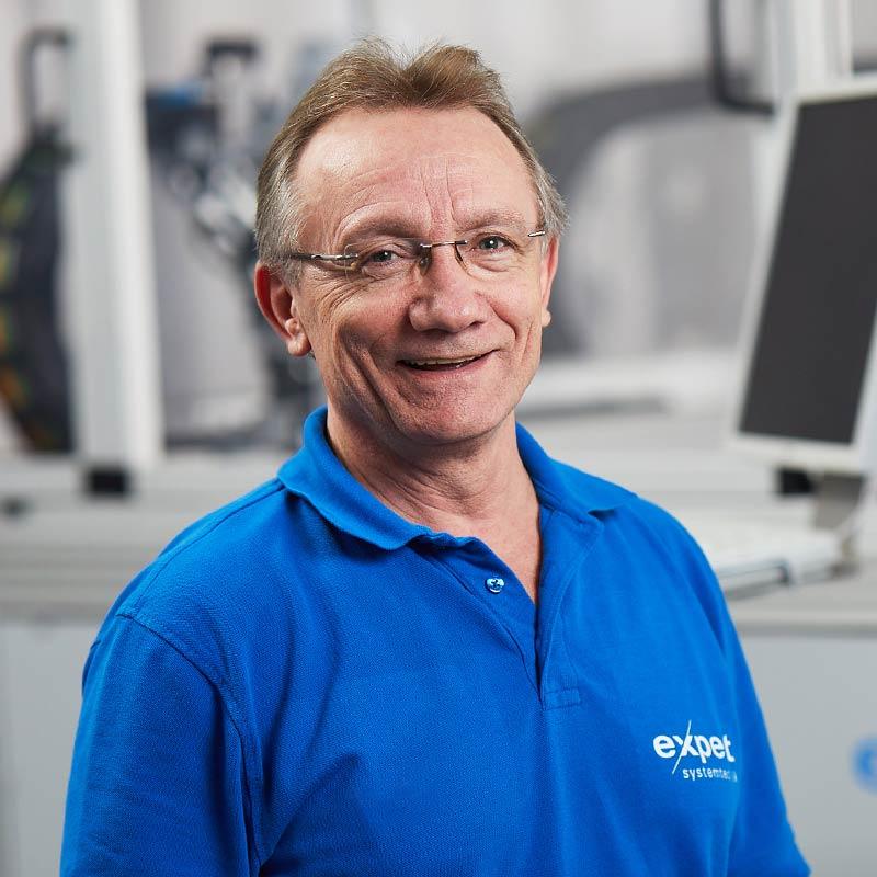 expert Elektriker steht lächelnd vor expert Wasserstrahl-Cutter