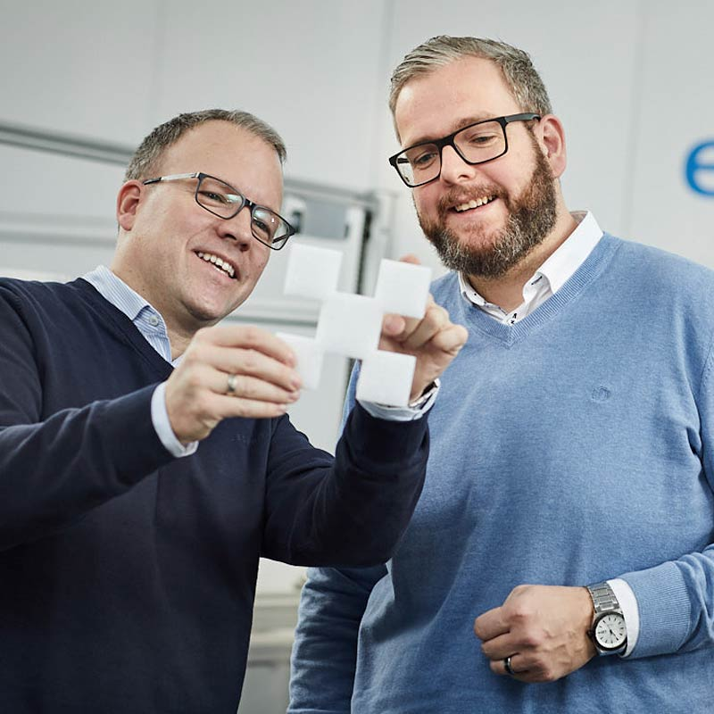 Die beiden Geschäftsführer von expert besprechen eine Zuschnittlösung für Schaumstoffe